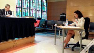 Doctora María Solano Altaba leyendo la tesis Biografía periodística de Lolo