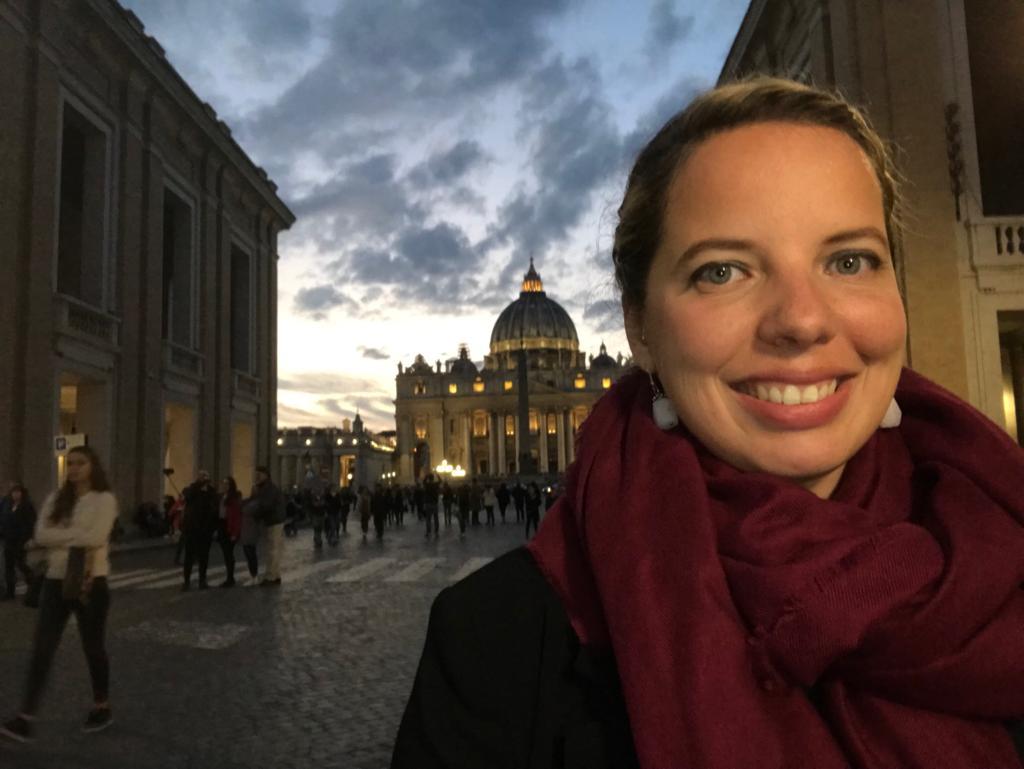 Ángeles Conde con el Vaticano de fondo