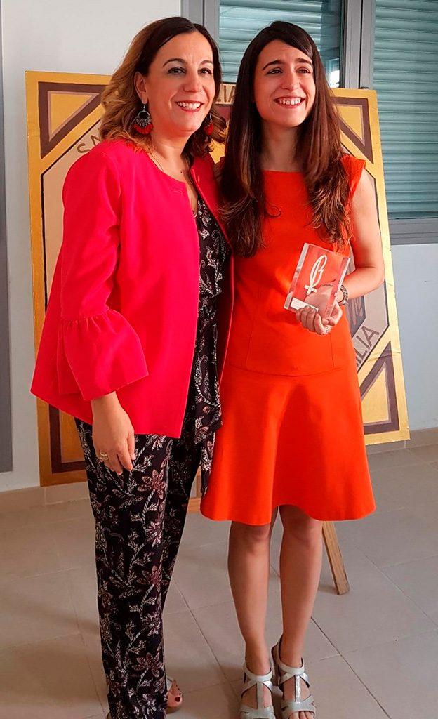 Laura Ramírez muestra su premio Lolo de Periodismo junto a Laura Otón