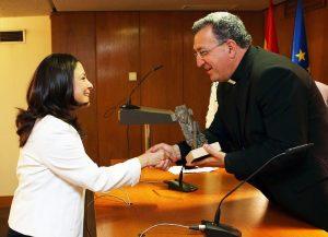 Mons. Ginés García entrega el premio Lolo de Periodismo a Laura Daniele