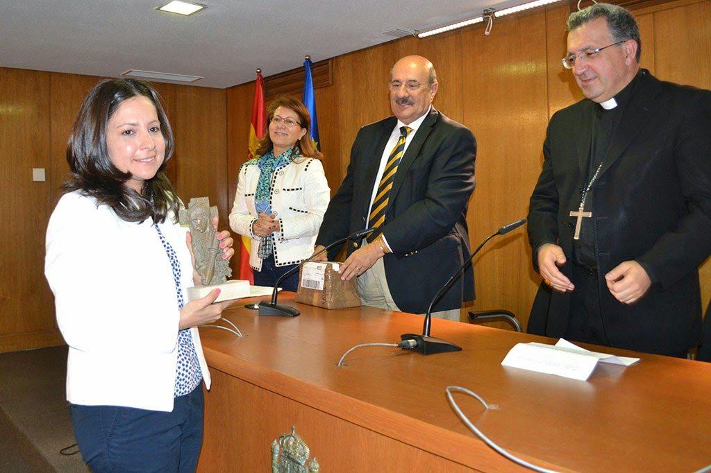 Laura Daniele muestra su premio Lolo