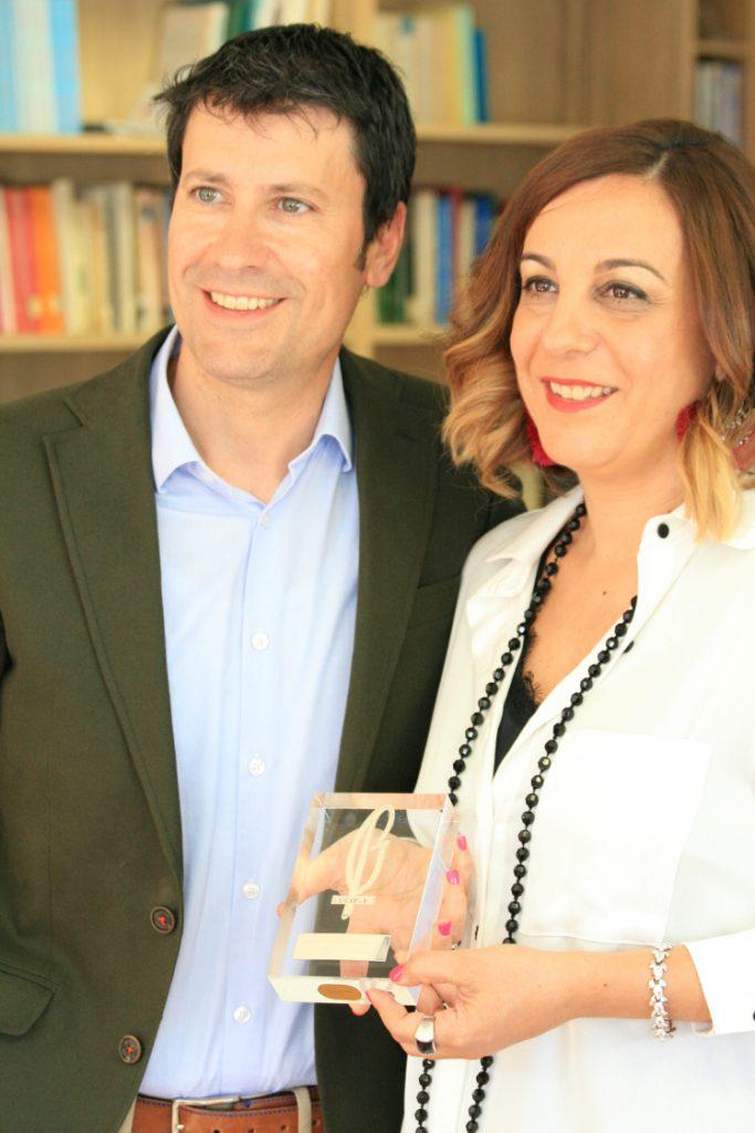 Laura Otón, junto a José Luis Pérez, muestra su premio Lolo