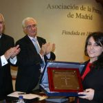 María Gómez Fernández muestra su premio Lolo de Periodismo Joven