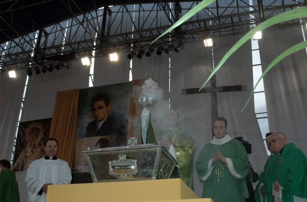 Monseñor Angelo Amato incensa la urna con los restos del beato Lolo