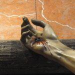 Oración ante una mano agujerada