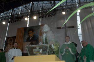 Monseñor Amato incensa la urna con los restos del beato Lolo