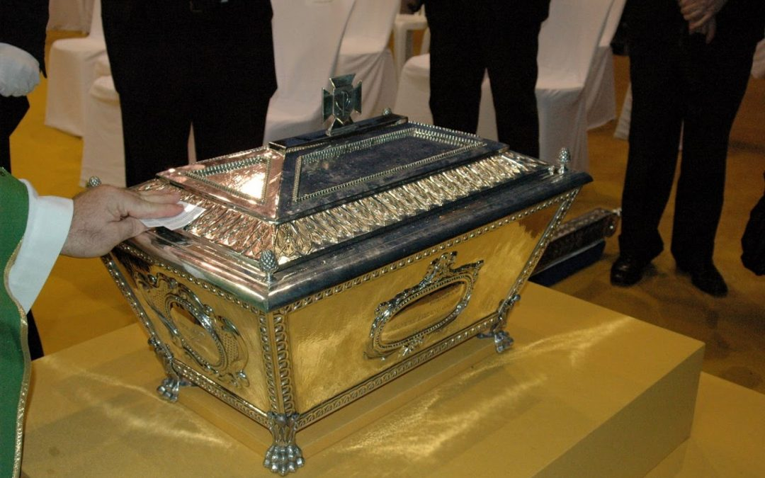 Monseñor Amato certifica la urna con los restos del beato Lolo