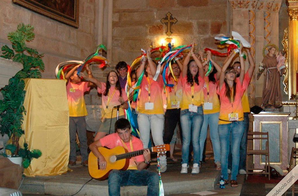 jovenes bailando y cantando en el encuentro