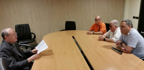 reunidos miembros de ceco con el vicario de almeria