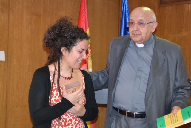 Cristina Sánchez contenta, junto a Rafael Higueras, al recibir el VI premio Lolo de Periodismo Joven