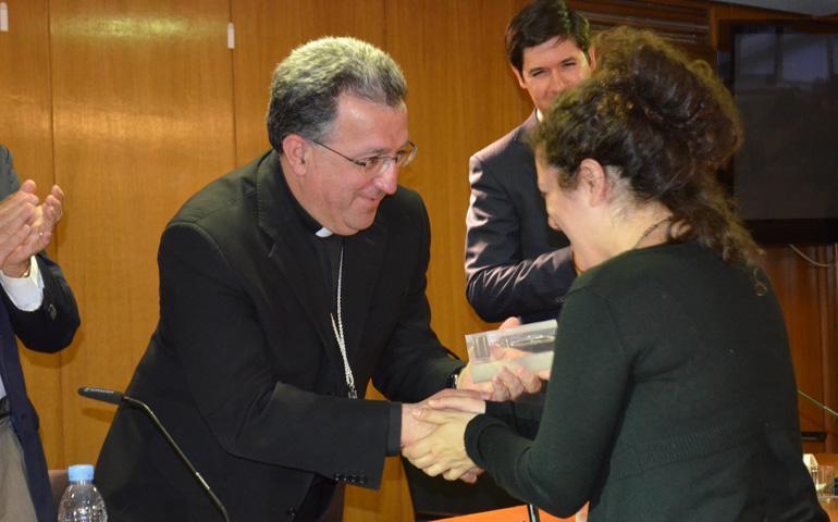 Monseñor Ginés García Beltrán entrega el VI premio Lolo de Periodismo a Cristina Sánchez