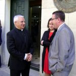 El Obispo de Jaén, María Gómez y Juan Rubio tras la ceremonia