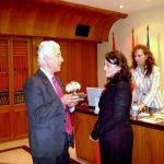 José Utrera entrega un recuerdo a María Gómez