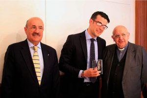 José Beltrán muestra su premio Lolo junto a Rafael Ortega y Rafael Higueras