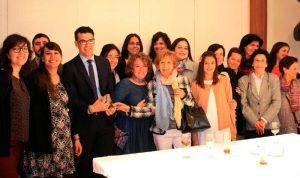 José Beltrán, VII premio Lolo de Periodismo Joven muestra su galardón junto a familiares