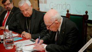 D. Alberto López Poveda firmando la constitución de la Fundación