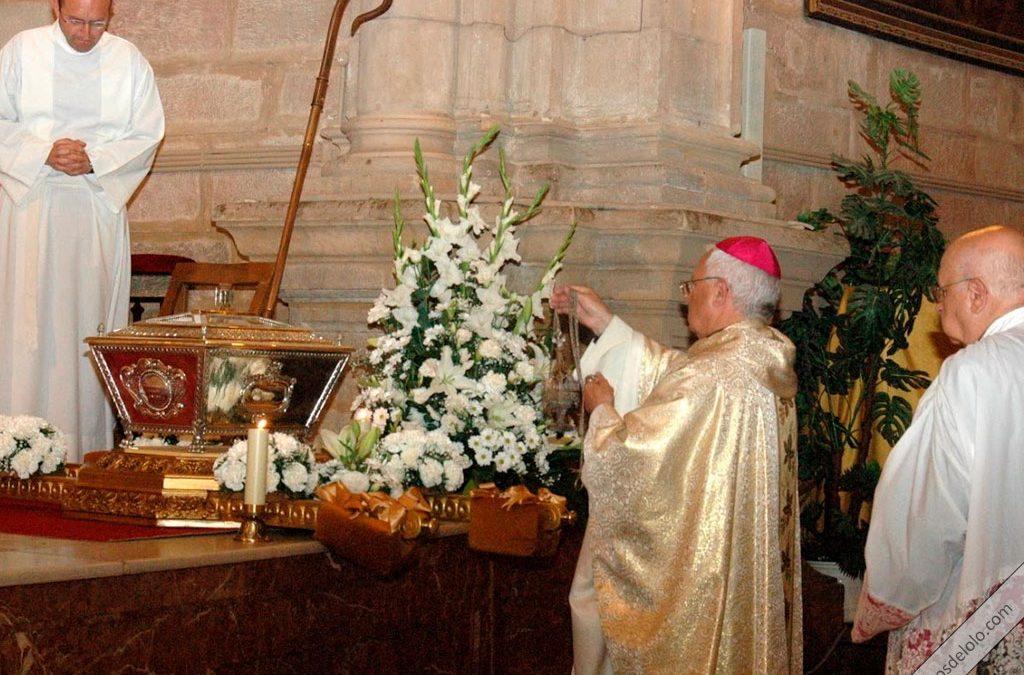obispo de jaen incensa la urna con los restos del beato lolo