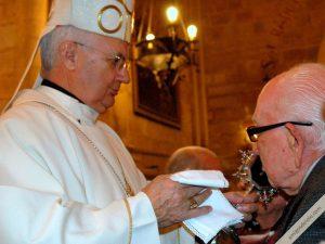 obispo de jaen da a besar la reliquia del beato lolo