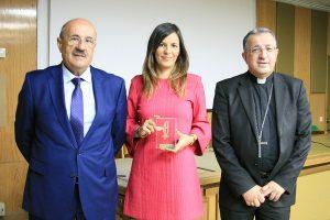 Irene Pozo muestra su premio Lolo junto a Monseñor Ginés García Beltrán y Rafael Ortega