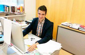 José Beltrán en su despacho tras recibir la noticia de su premio Lolo