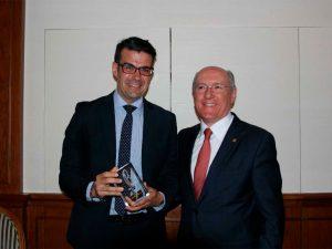 José Beltrán muestra su premio Lolo, junto a Carlos Romero