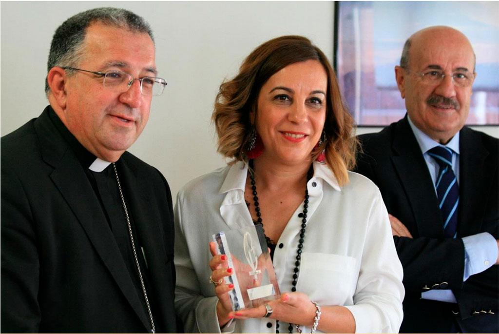 Laura Otón muestra su premio Lolo junto a Monseñor Ginés García y Rafael Ortega