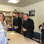 Monseñor Ginés García Beltrán entrega el premio Lolo a Laura Otón