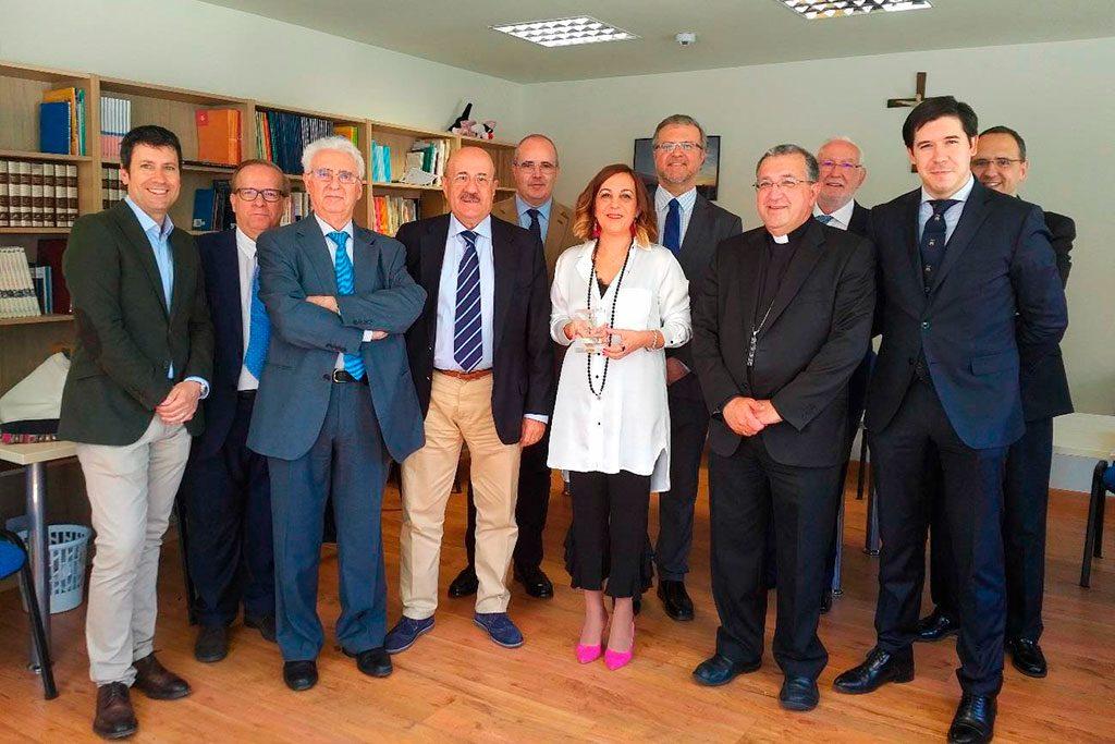 Laura Otón muestra su premio Lolo junto a personalidades presentes en el acto