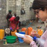 Laura Ramírez tomando notas del testimonio de dos jóvenes de Benín