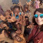Laura Ramírez junto a un grupo de niños y niñas, en el pueblo de Sakarou, al norte de Benín