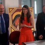 Laura Ramírez muestra feliz el X premio Lolo de Periodismo Joven