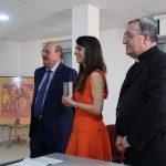 Laura Ramírez muestra el premio Lolo junto a Monseñor Ginés García y Rafael Ortega