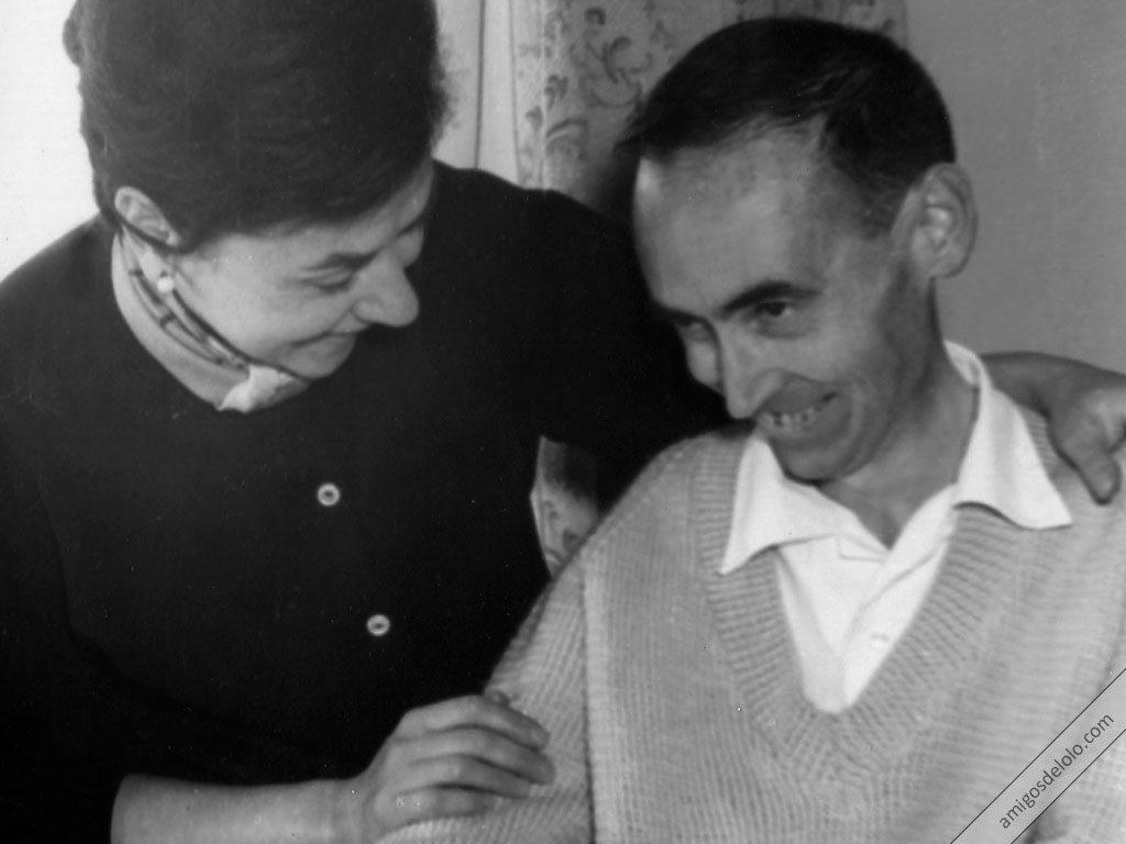 Manuel Lozano Garrido junto a su hermana y cuidadora Luci