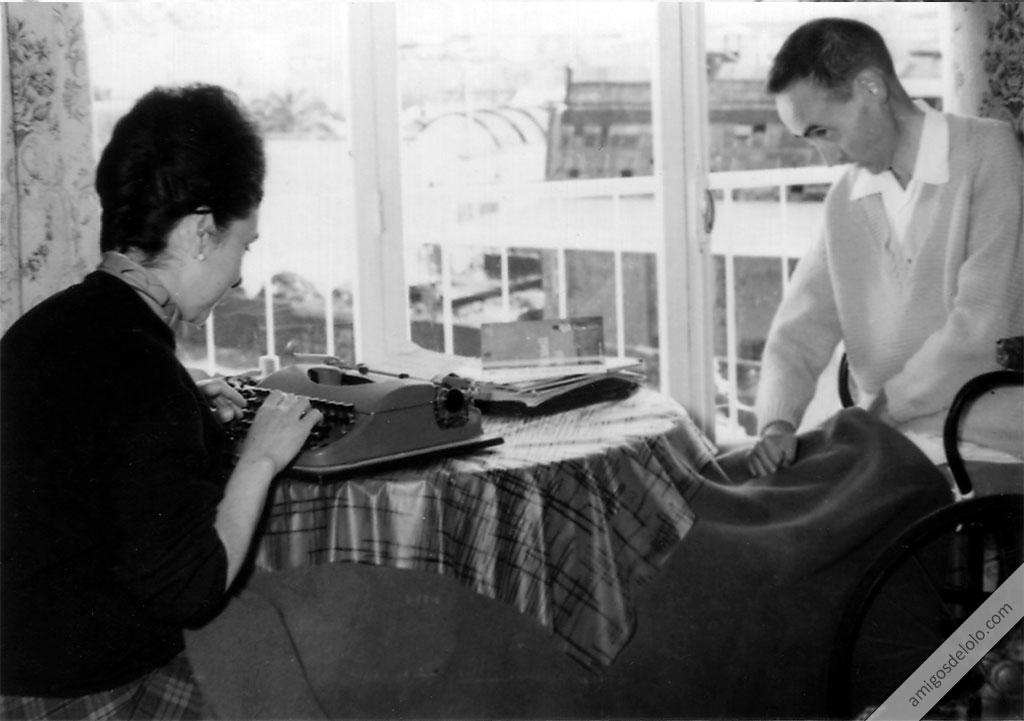 Lolo dicta a Lucy y ésta escribe a máquina