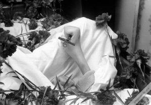 Difunto Manuel Lozano con su crucifijo en las manos