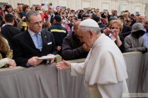 el papa francisco saluda a ignacio segura