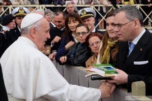 ignacio segura madico regala libros al papa francisco