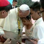 Niña filipina inspira al Papa Francisco. Sublime «teología del llanto»