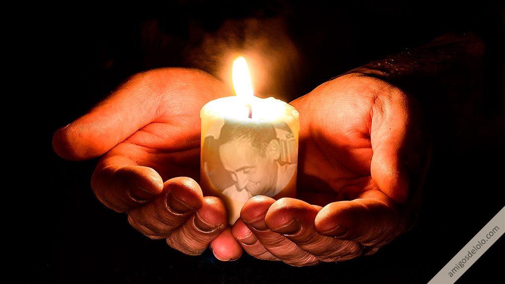 Manos extendidas y vela encendida para pedir favores al beato Lolo